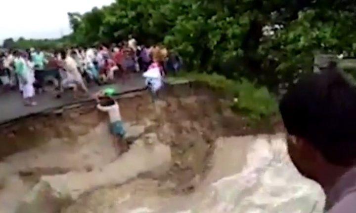 شاهد.. لحظة غرق أم وطفلها بانهيار جسر