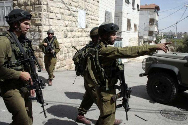 الاحتلال يقتحم بيت لحم ويسلم شابا بلاغا