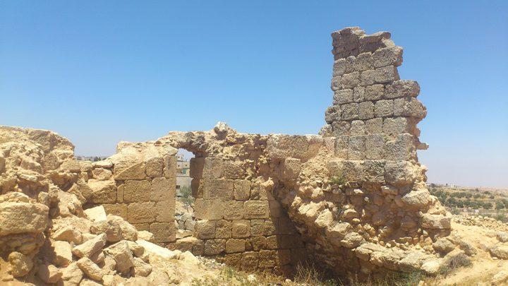 القبض على شخص جرّف موقعاً أثرياً في يطا
