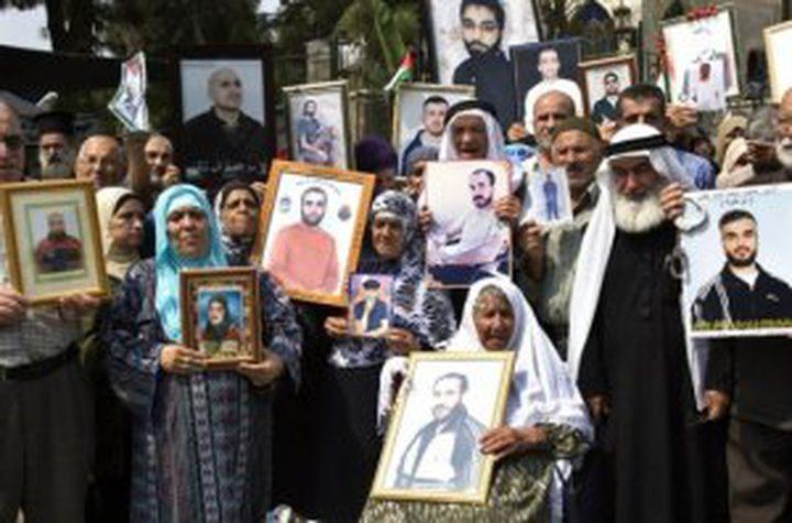 ذوو الأسرى يتضامنون مع أبنائهم القابعين في سجون الاحتلال