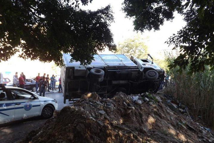 بالصور: إصابة مواطن بحادث انقلاب شاحنة في نابلس