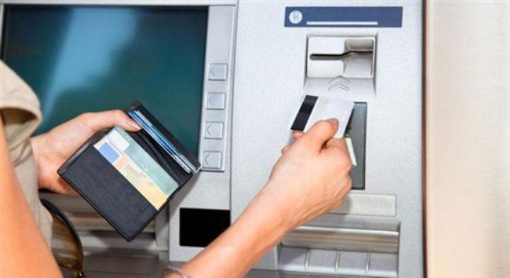 """طالب بريطاني يبتكر بطاقة بنكية """"تعبس"""" إذا صرفت مبلغا مرتفعا"""