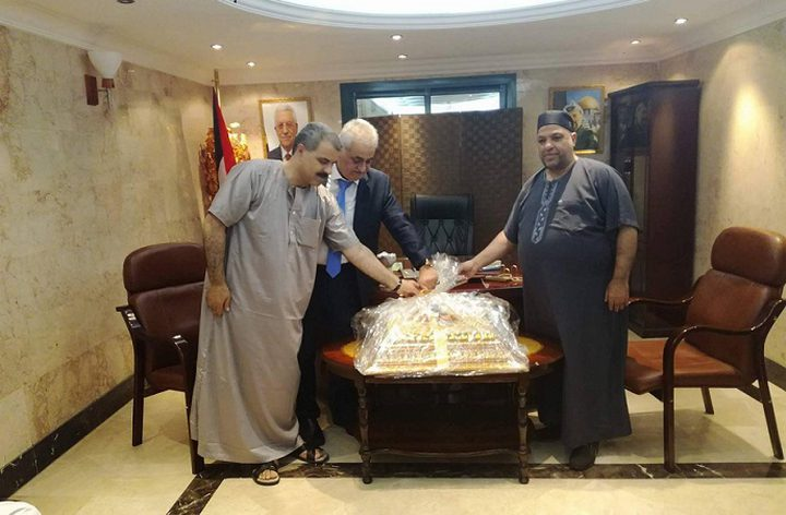 القنصل العام الفلسطيني في جدة يهدي الحلويات لبعثة الحج الفلسطينية