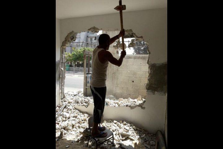 الإحتلال يجبر مواطنًا على هدم منزله (صور)