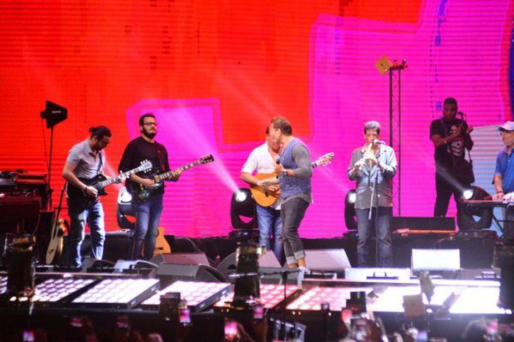 عمرو دياب يتألق في حفل عالمي بحضور المشاهير