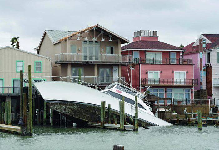إعصار هارفي.. خسائر بالمليارات وترقب بأسواق النفط والذهب