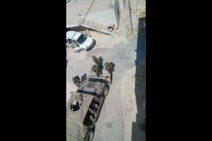 الإحتلال يطلق النار على سيارة جنوب الخليل