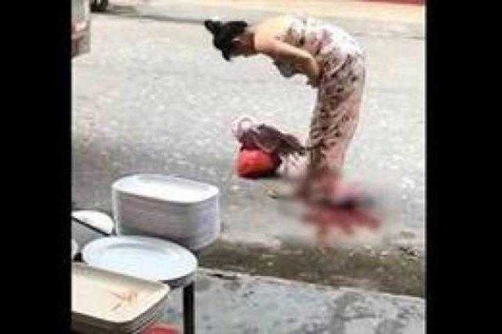 إمرأة حامل تلد في الطريق وتُكمل طريقها (فيديو)