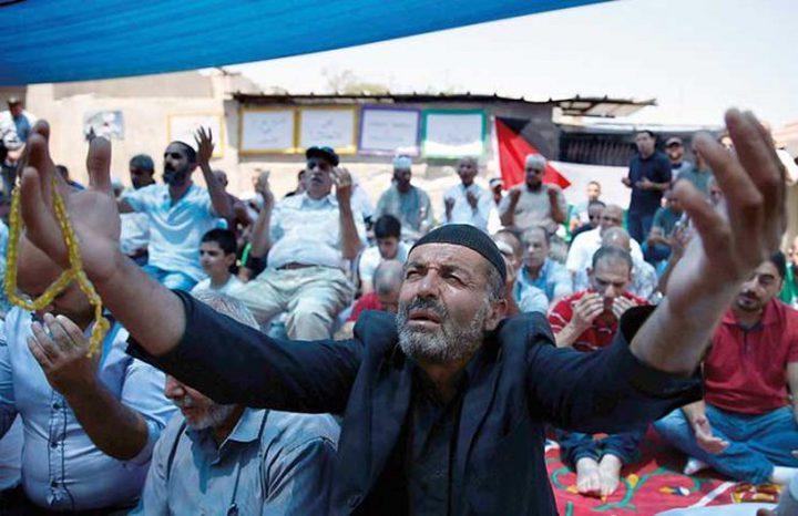 صلاة الجمعة أمام منزل عائلة شماسنة في الشيخ جراح