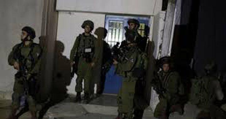 الإحتلال يعتقل شاباً ويزعم العثور على أسلحة