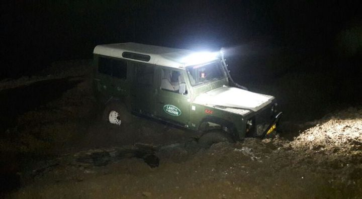 """إنقاذ عدد من المواطنين عَلِقت مركباتهم في الرمال """"صور"""""""