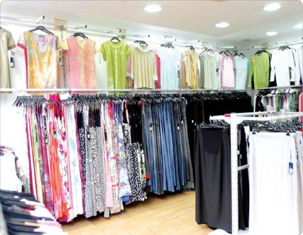 بائعة في محل ملابس