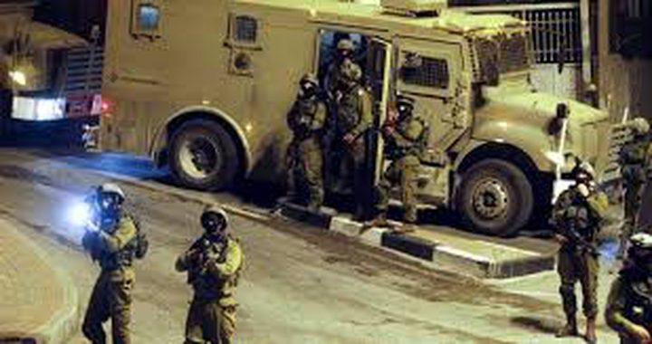 خلال قمعه مسيرة سلمية...الاحتلال يعتقل مواطنين شرق الخليل
