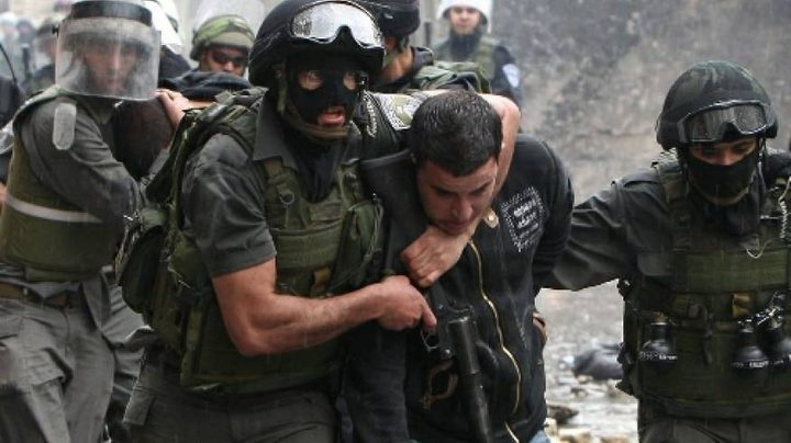 الاحتلال يعتقل شابين ويحتجز آخرين في القدس