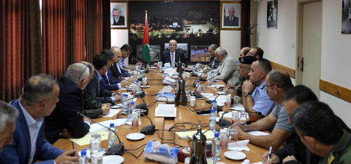 رئيس الوزراء يترأس اجتماعًا أمنيًّا في محافظة الخليل
