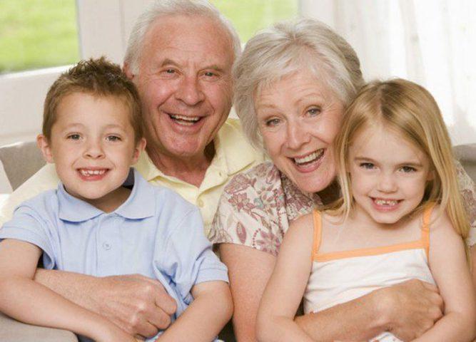 الجلوس مع الأحفاد يطيل العمر