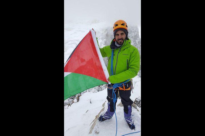 مغامر فلسطيني يتسلق الجبل الابيض اعلى قمم جبال الالب في فرنسا