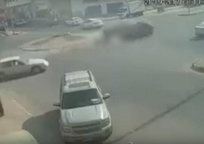 تصادم مروع بسبب السرعة الجنونية (فيديو)