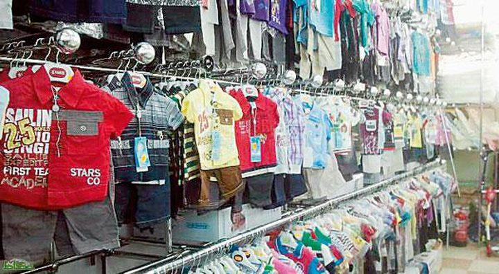 موظفة في محل ملابس أطفال