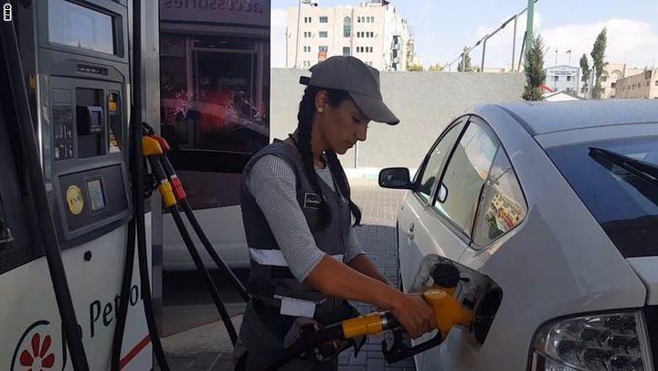 فتيات اردنيات يتحدين التقاليد ويعملن في تعبئة البنزين