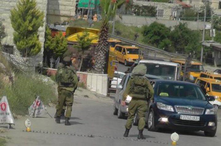 الاحتلال يحتجز عشرات السيارات على المدخل المؤدي لقرى شمال غرب القدس