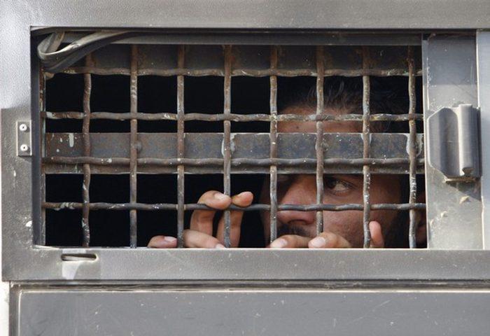 خمسة أسرى يدخلون أعواما جديدة في السجون