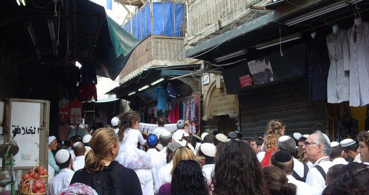 مستوطنون يشاركون بمسيرة استفزازية بشارع الواد بالقدس