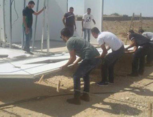 الاحتلال يجبر مواطناً على هدم منزلين بالنقب