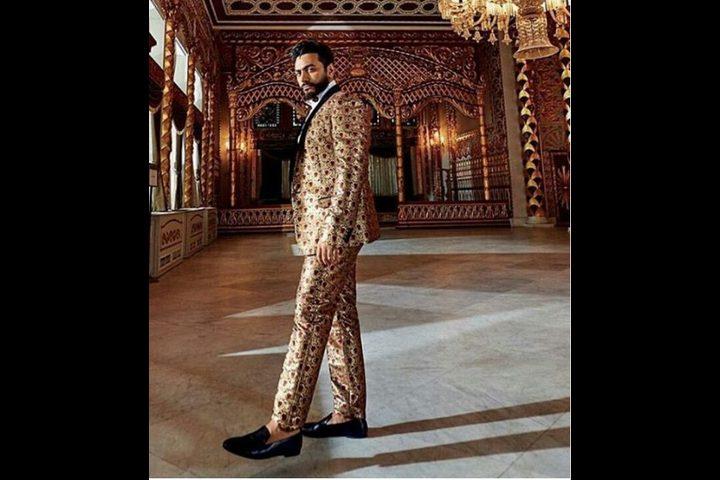 تامر حسني يبدأ التصوير لصالح فوغ وسخرية بسبب أزياءه