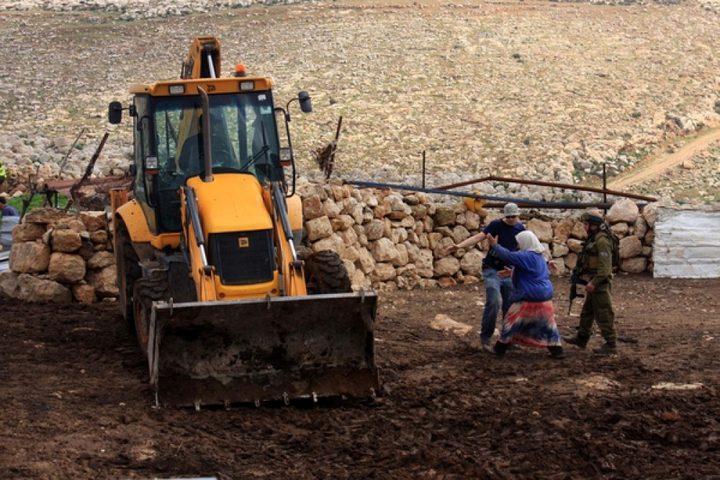 طوباس: الاحتلال يعتقل ثلاثة مزارعين ويستولي على آليات