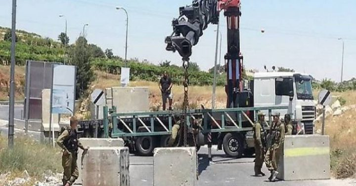 الاحتلال يغلق طريق بيت عوا الفرعية بالسواتر الترابية