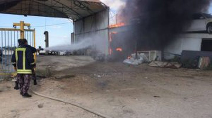 إخماد حريق في محل لصيانة المركبات