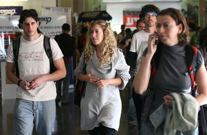"""""""معاريف"""": أكثر من نصف الجامعيين الإسرائليين يفكرون بالهجرة"""