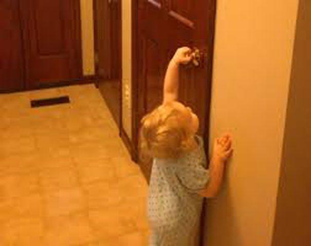 نتائج خطيرة لغلق الأبواب على أصابع الأطفال