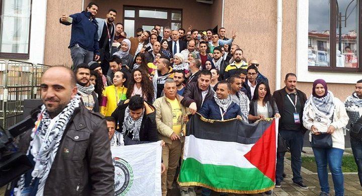 لبنانية تُنزل علم إسرائيل بمهرجان في روسيا والشرطة تعاقبها
