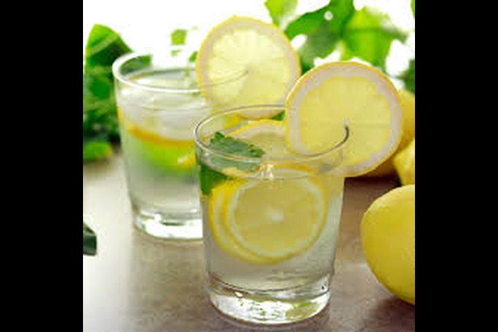 هل شرب الماء بالليمون يقلل الوزن