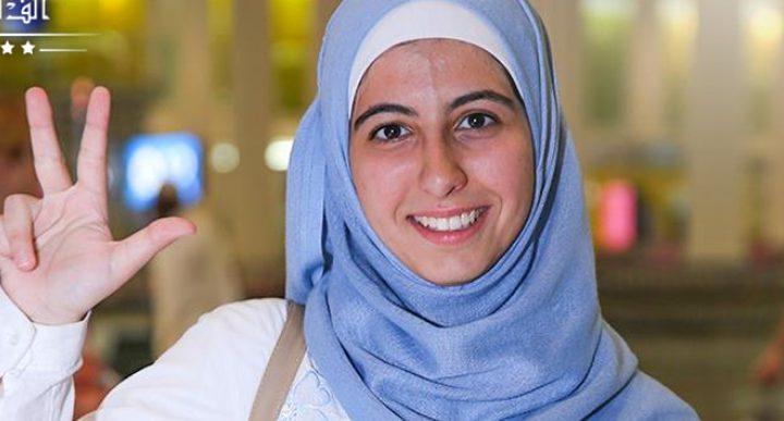 """طالبة فلسطينية تدخل العالمية بـ""""تحدي القراءة"""""""