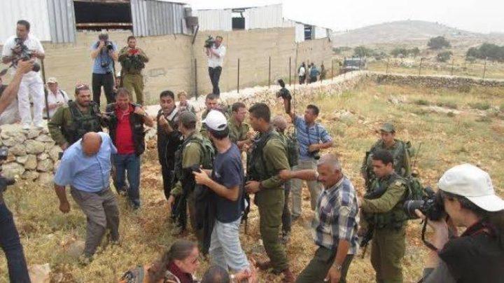 مواطن يجبر مستوطنين على إخلاء خيمتهم جنوب بيت لحم