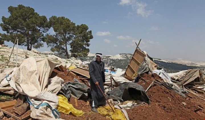 الاحتلال يفكك بركساً ويصادر معداته في الخليل