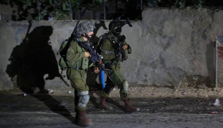 قوات الاحتلال تداهم قلقيلية وتسلم بلاغاً لشاب