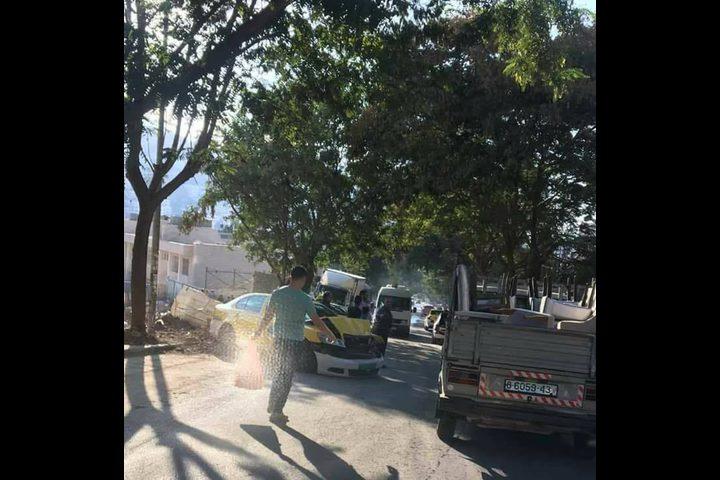 بالصور: إصابة ثلاثة مواطنين جراء انزلاق شاحنة على مركبة في نابلس