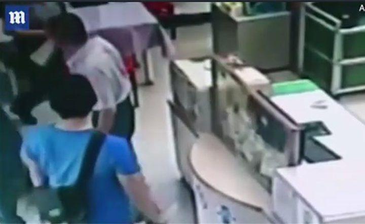 فيديو صادم.. يدخل جثة طفلته لمركز شرطة وهذا ما كشفه!