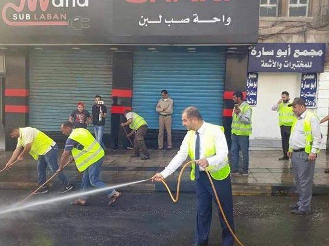 رئيس بلدية ينظف الشوارع بنفسه (صور)