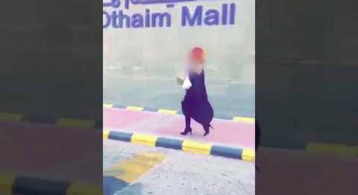 فيديو| شاب يثير غضب الشارع السعودي لارتدائه زيا نسائياً!