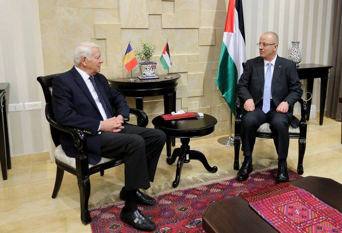 رئيس الوزراء يُطلع وزير الخارجية الروماني على انتهاكات الاحتلال