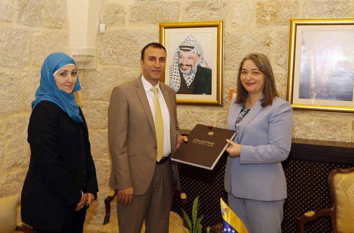 الوزيرة معايعة تؤكد على العلاقات بين فلسطين وفنزويلا