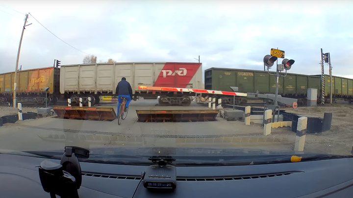 نجا بإعجوبة من الدهس تحت عجلات قطار! (فيديو)