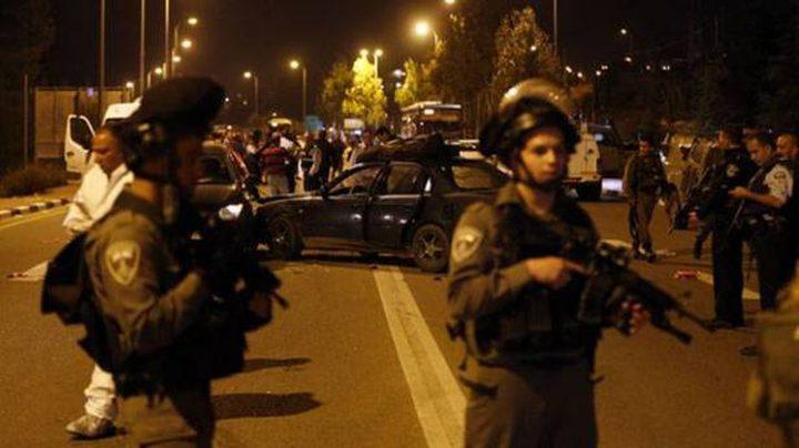 الاحتلال يعتقل شاباً بعد إطلاق النار على سيارته