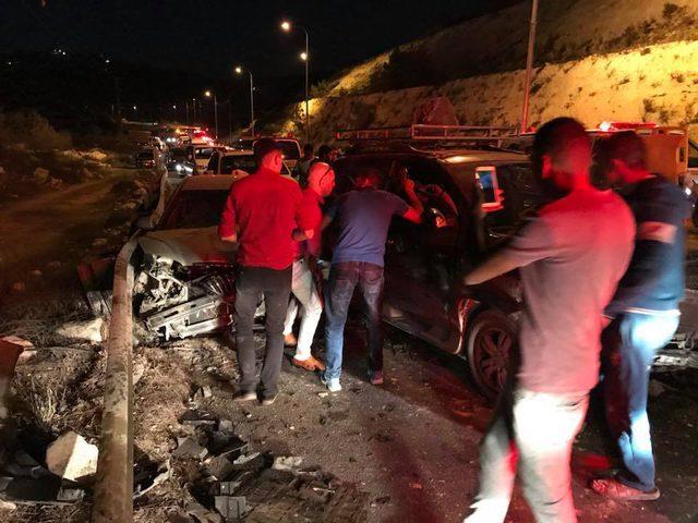 """""""صور"""" عشر اصابات في حادث تصادم بين اربع مركبات في حلحول"""