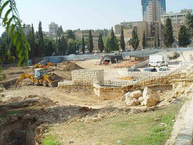 العثور على مدفن خلال حفريات بمحاذاة مقبرة مأمن الله